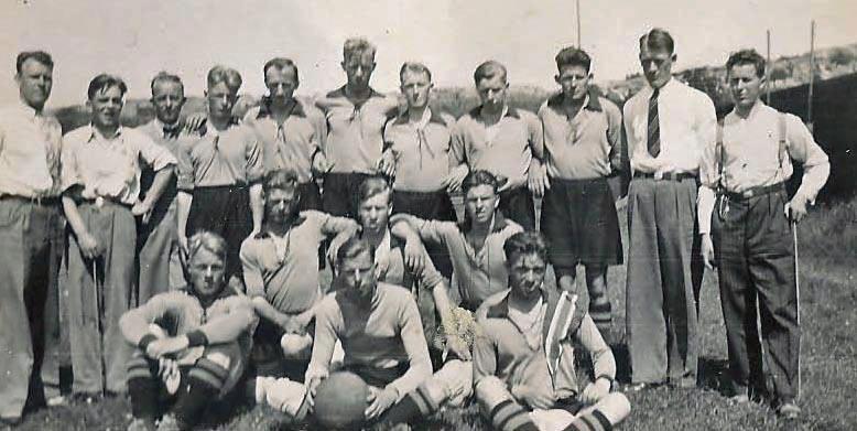 1930 - Nr. 2 bak fra venstre Kai B. Gjerløw og nr. 3 fra venstre Jørgen Konrad Hansen. Nr 3 bak fra høyre Halvard Paulsen.