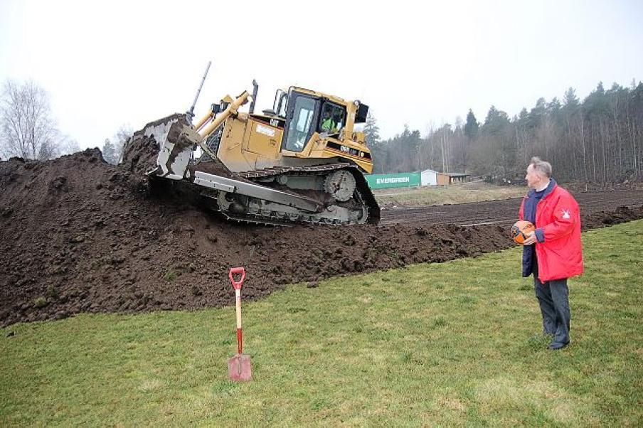 2008 - Starten på byggingen av kunstgressbanen. En fornøyd Jan Simensen i forgrunnen.