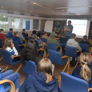 Pensjonert lærer og sosiallærer Jan Christian Häckert hjelper GIFs ungdommer med motivasjon, mobbing og påvirkning. Her fra en temakveld i Triondalen.