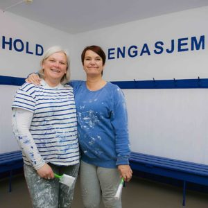 Damegruppa har dugnad i garderobene. Fv Merete Eriksen og Grete Pettersen.
