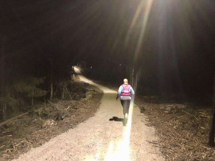 Endelig kom lyset på i Gressvikmarka. De første turgåerne og joggerne lot ikke vente på seg.  Foto: Randi Kristoffersen